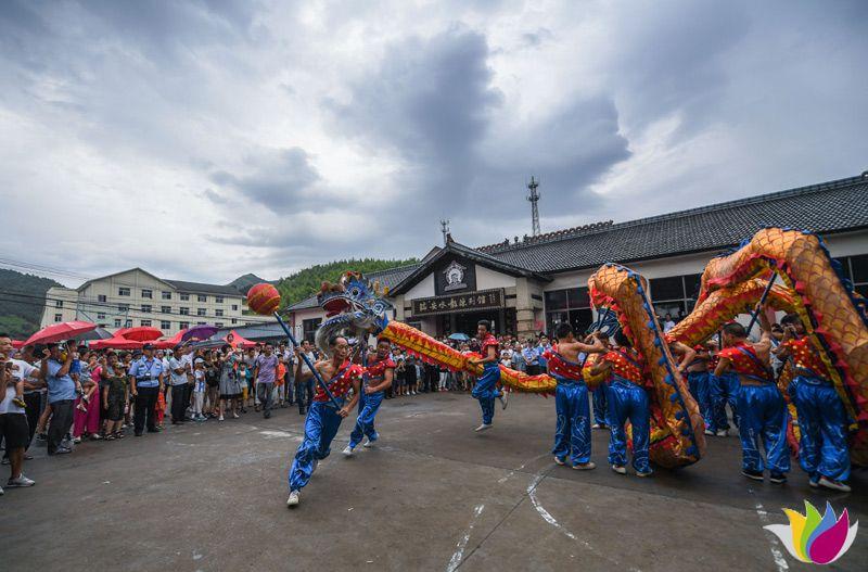 8月12日,村民在乡村旅游大会现场表演舞龙。